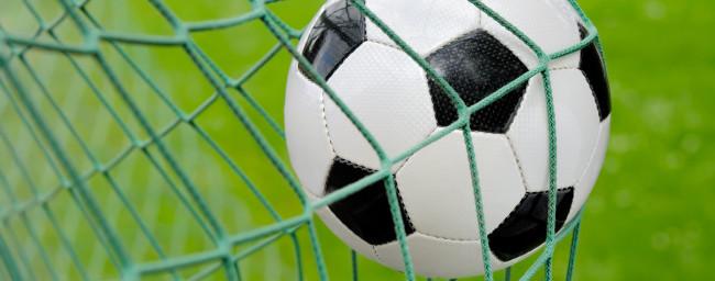 Nahaufnahme von einem schwarz-weißen Fußball, das ins Netz trifft